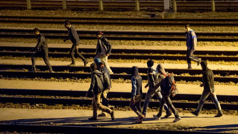 Des migrants sur les voies menant au tunnel sous la Manche