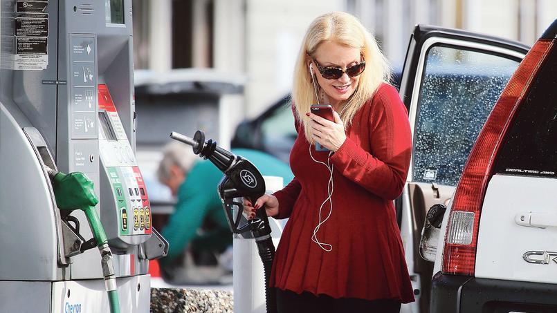Depuis un an, l'effondrement des prix du pétrole aux États-Unis s'est traduit par une baisse de près d'un quart du prix de l'essence à la pompe.