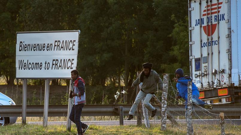 Des migrants tentant de s'introduire dans l'Eurotunnel à Calais.
