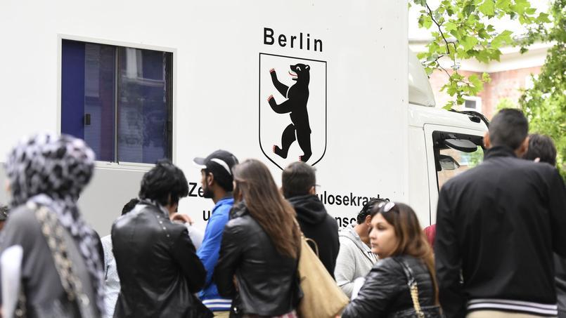 Des réfugiés faisant la queue devant un camion d'aide médicale à Berlin, le 31 juillet 2015.