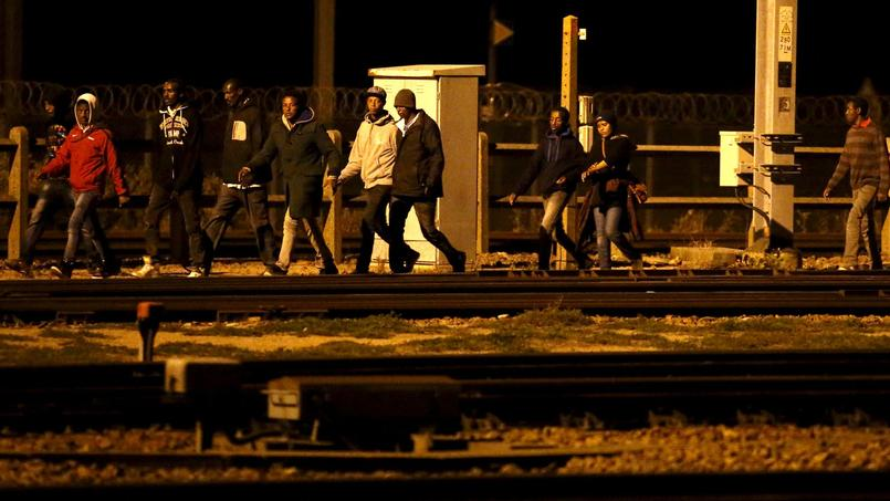 Migrants marchant le long des rails, Calais