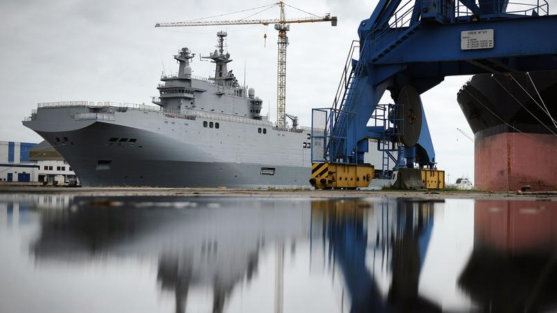 Un des deux navires, à quai dans le port de Saint-Nazaire.