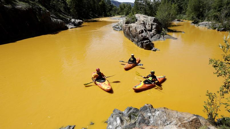 Des kayakistes sur la rivières Animas, au Colorado, après le déversement accidentel de onze millions de litres d'eau polluée au plomb et à l'arsenic, le 6 août 2015.