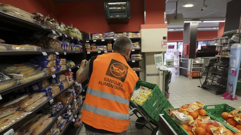 La ministre de l'Écologie, Ségolène Royal, espère que les grandes surfaces banniront le gaspillage alimentaire même si cette interdiction ne figure plus dans la loi.
