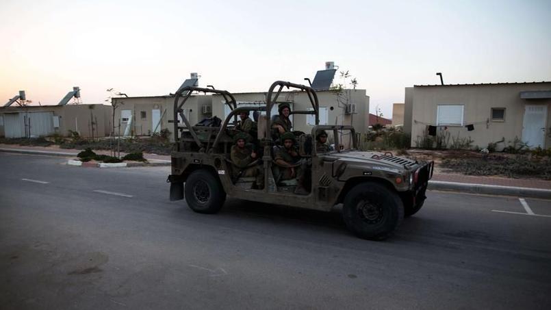 10 août 2015 - soldats israéliens patrouillant dans le village de Beni Netzarim
