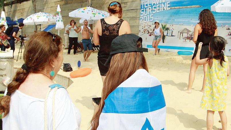 Une femme s'enveloppe avec le drapeau israélien, en soutien à l'opération «Tel-Aviv sur Seine», jeudi, à Paris Plages.