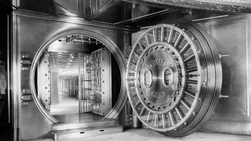 Photo, prise en 1957, montrant la porte du coffre-fort de la Société Générale.