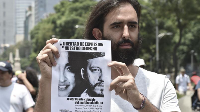 Un manifestant montre une affiche avec la photo de Ruben Espinosa, photoreporter assassiné fin juillet à Mexico.