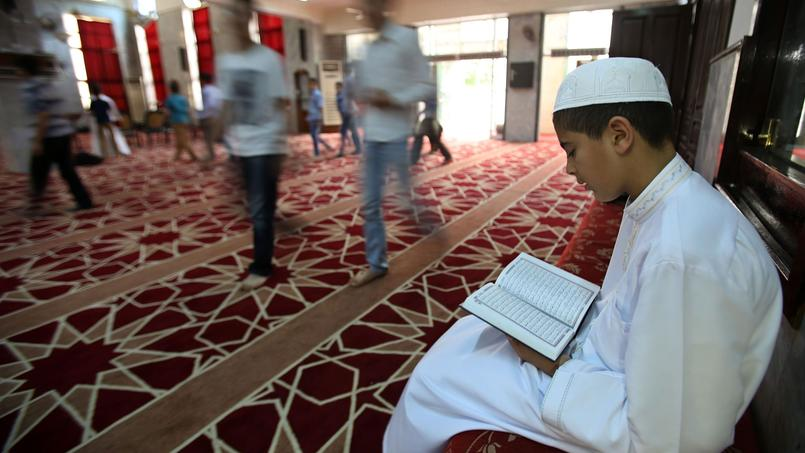 Jeune Jordanien lisant le Coran.