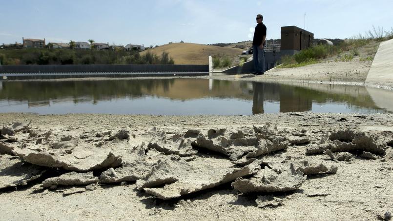 La Californie connaît une grave sécheresse cette année, ici un réservoir d'eau asséché.