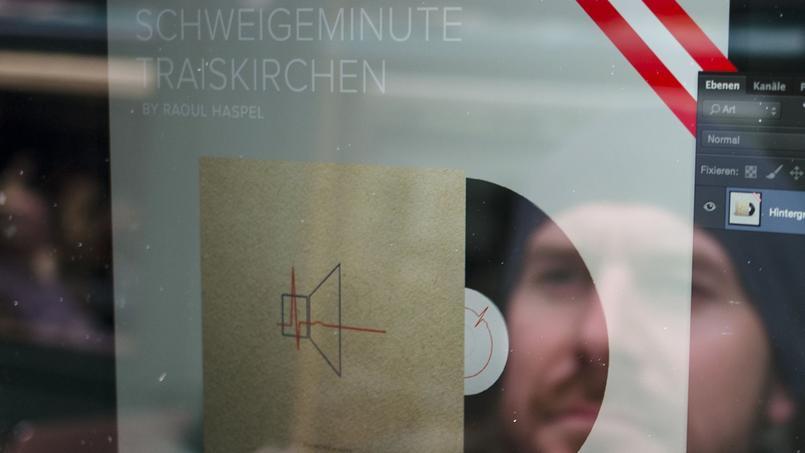 Raoul Haspel derrière la couverture de sa Schweigeminute für Traiskirchen.