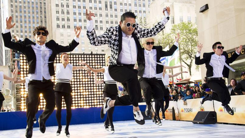 Psy en pleine chorégraphie de Gangnam Style.