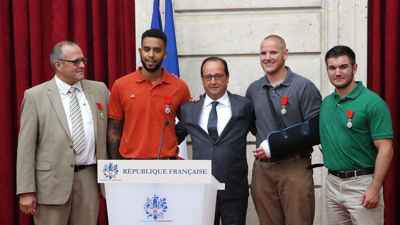 Le président François Hollande pose aux côtés du consultant britannique Chris Norman (G), de l'étudiant américain Anthony Sadler et des deux militaires américains Spencer Stone et Alek Skarlatos.