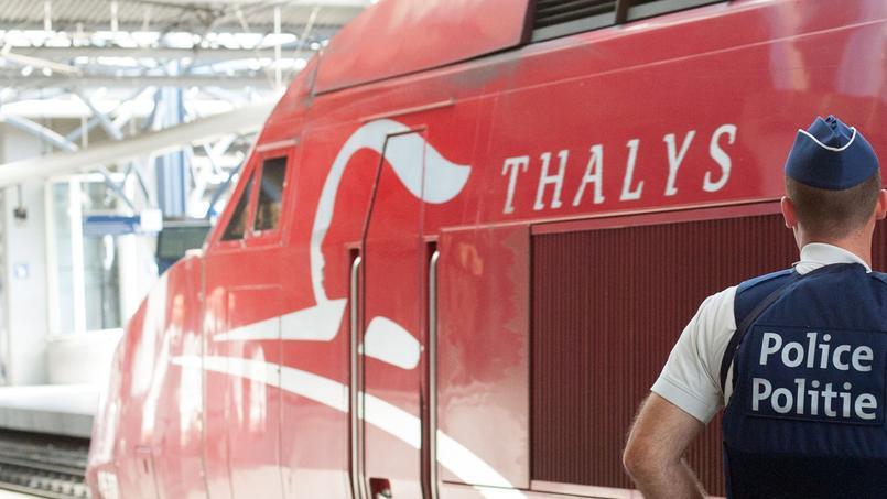 Un agent de la police belge devant un Thalys.