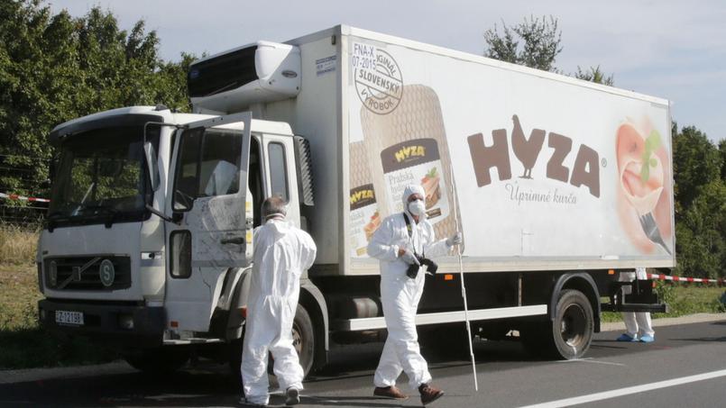 Le camion garé sur le bord de l'autoroute dans lequel ont été retrouvés les corps des migrants, en Autriche.