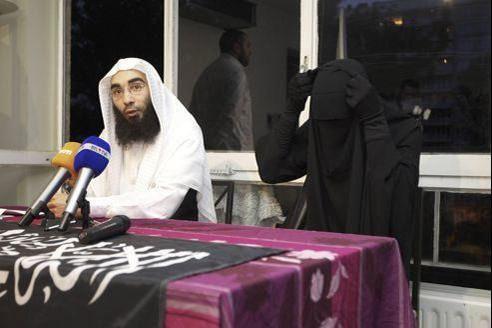Fouad Belkacem et Stéphanie (en niqab à droite), lors d'une conférence de presse à Molenbeek-Saint-Jean (une commune de Bruxelles)