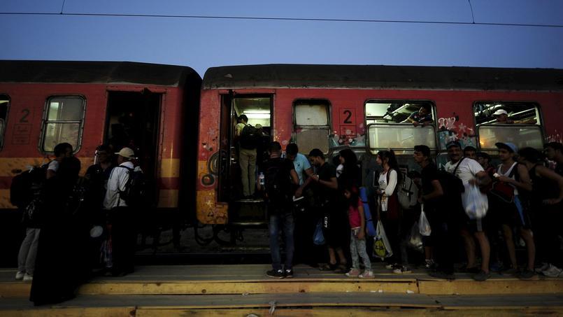 Des migrants arrivés de Grèce attendent de pouvoir monter dans un train en Macédoine, lundi, pour rejoindre la Serbie et poursuivre leur voyage vers le nord de l'Europe. Parmi eux figurent de nombreux Syriens.