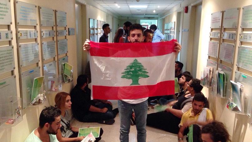 Militants dans les couloirs du ministère de l'Environnement à Beyrouth, mardi.