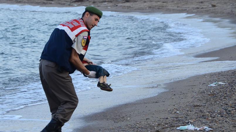 Cette photo d'un enfant syrien de 3 ans, mort noyé avec son frère et sa mère, a fait le tour de la presse mondiale, jeudi.