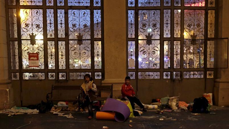 Des migrants installés dans la gare de Budapest-Kelesti, samedi, en Hongrie.