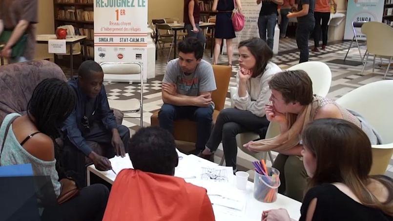 SINGA, qui organise la plupart de ses évènements au sein de l'Archipel situé non loin de la Place de Clichy à Paris, tente de créer un lien entre Français et réfugiés.