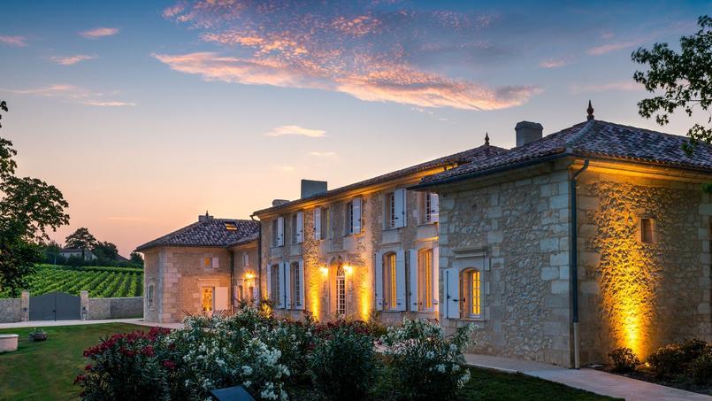 En Gironde, le manoir d'Astrée accueille ses hôtes dans d'anciennes dépendances agricoles restaurées avec élégance.