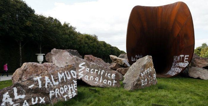 Anish Kapoor dont l'œuvre a été vandalisée à Versailles, a décidé de laisser les inscriptions racistes et antisémites. Fabien Bouglé, conseiller municipal divers-droite de Versailles a décidé de porter plainte contre «incitation à la haine raciale».