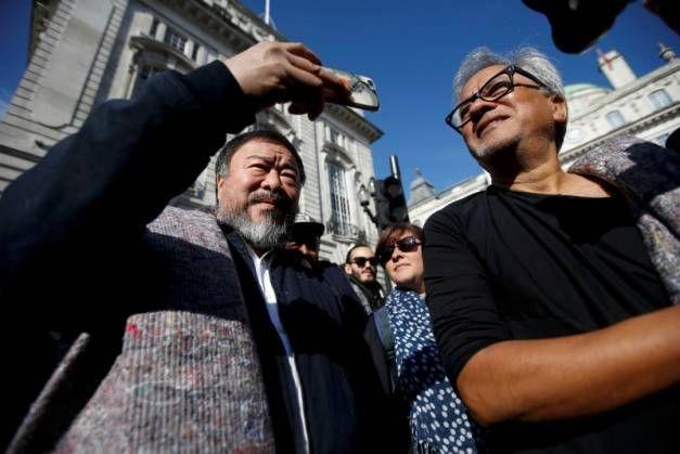 Ai Weiwei et Anish Kapoor ont marché hier à Londres pour dire leur soutien aux réfugiés arborant une couverture grise sur l'épaule. Les deux artistes projettent de nouvelles manifestations similaires dans d'autres villes du monde.