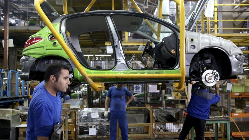 Des Iraniens assemblent une Peugeot 206 dans une usine proche de Téhéran.