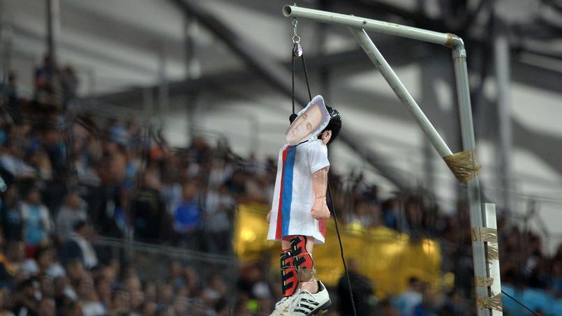Le pantin pendu représentant Mathieu Valbuena dans les tribunes du stade Vélodrome.