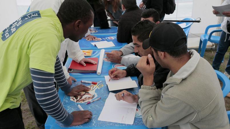 Cergy-Pontoise (Val d'Oise), le 16 septembre 2015. Des réfugiés avec des bénévoles du Secours Catholique.