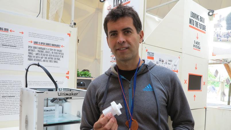 Mauricio Cordova, devant l'imprimante 3D avec laquelle il a réalisé son filtre à eau individuel (DR).
