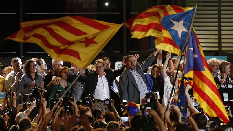 «In, de, independencia!» La joie des indépendantistes, dimanche à Barcelone, après les résultats des élections régionales. Au centre, Artur Mas, président sortant, et Oriol Junquieras, président d'Esquerra Republicana de Catalunya.