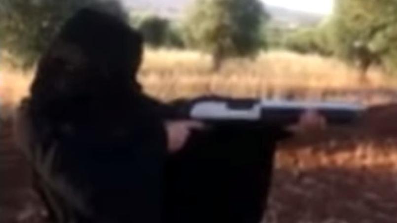 En 2013, Émilie König aurait posté une vidéo sur YouTube, apparaissant un fusil à la main (Capture d'écran YouTube).