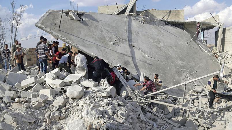 Des civils tentent de trouver des survivants sous les décombres d'un site visé par des missiles russes, mercredi à Maasran, au sud d'Idlib.