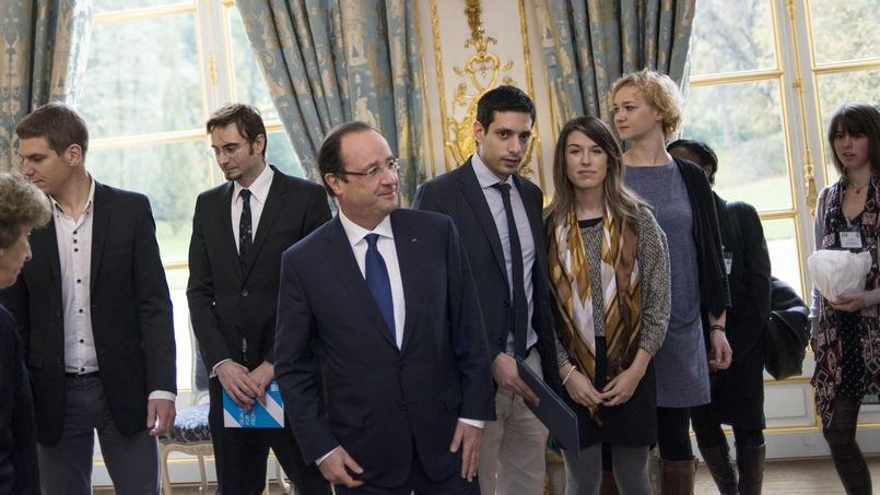 François Hollande rencontre des jeunes pour parler des moyens de lutte contre le chômage en novembre 2013.