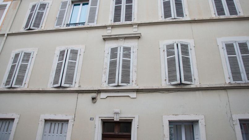 Le garçon vivait avec son père dans un appartement du centre de Mulhouse, «d'une saleté repoussante», et «très sommairement meublé».