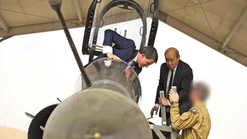 Manuel Valls en visite sur une base militaire en Jordanie.