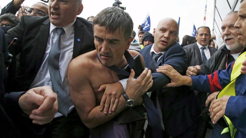 L'image de Xavier Broseta, DRH de la compagnie aérienne, la chemise arrachée, a fait le tour du monde.
