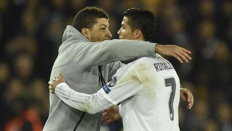 Un spectateur s'invite sur la pelouse et fait un câlin à Ronaldo