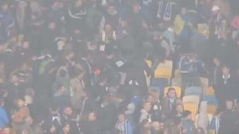 Des spectateurs noirs pourchassés et frappés dans le stade de Kiev