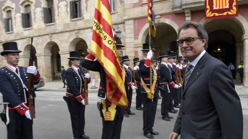 Artur Mas (président régional de Catalogne) inspecte les troupes après la session constitutive du Parlement catalan - Barcelone, le 26 octobre 2015