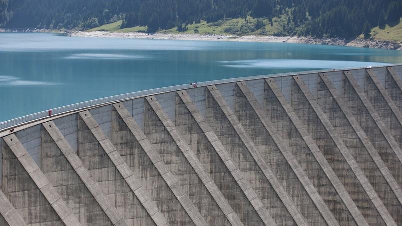 Actuellement, EDF exploite plus de 20.000 mégawatts (MW) de concessions hydroélectriques - soit 85% du parc total d'installations -, très loin devant Engie (ex-GDF Suez).