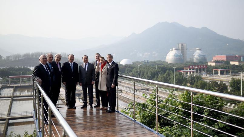 François Hollande et Ségolène Royal, ministre de l'Écologie, accompagnés de chefs d'entreprises français et d'officiels chinois, lundi, devant une usine franco-chinoise de traitement des eaux usées, à Chongqing.