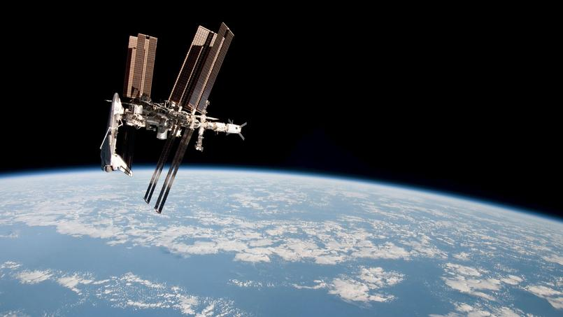 L'ISS en mai 2011, avec une navette spatiale américaine arrimée.