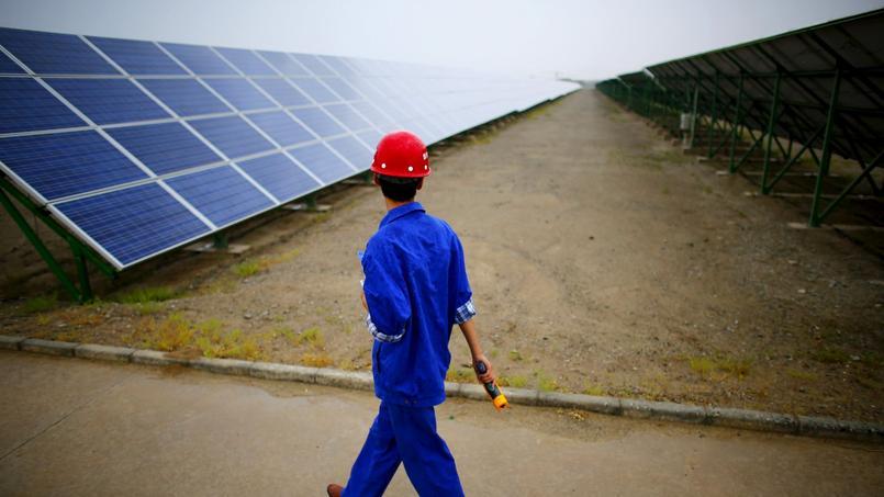 Un technicien inspecte la centrale solaire de Dunhuang, dans la province de Gansu, en Chine.