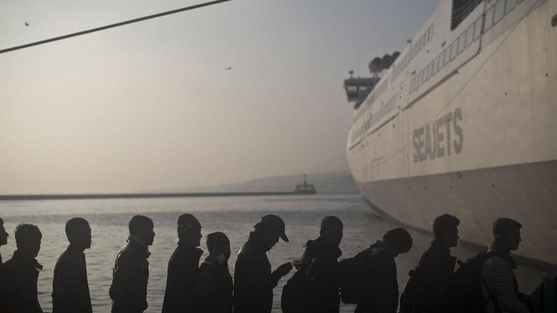 Migrants faisant la queue pour monter à bord d'un ferry à Lesbos, Grèce, le 6 novembre 2015