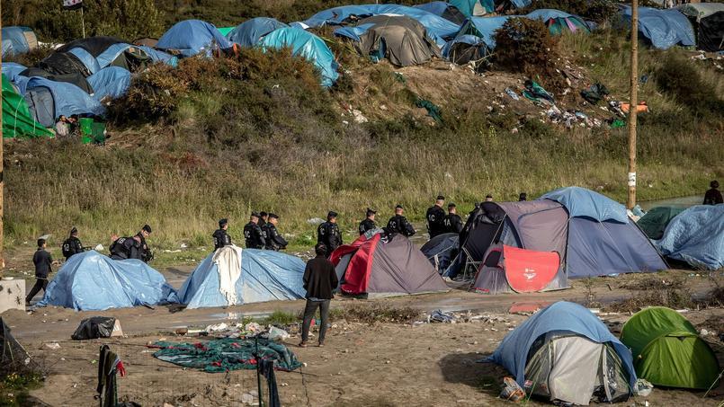 Une patrouille de CRS dans la «jungle» de Calais, début novembre.