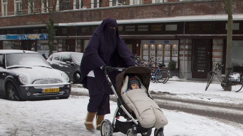 Femme portant le niqab à Amsterdam, Pays-Bas.