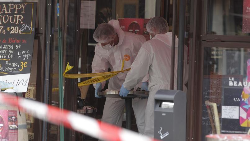 La police scientifique à la recherche d'indices samedi dans la brasserie Comptoir Voltaire, près de la place de la Nation.